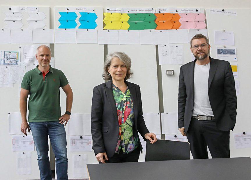Die Geschäftsleiter Helene Dax (mi.) und Frank Schmitz (re.) zusammen mit Christian Olszewksi (li.), der sich um die Digitalisierung im Unternehmensverbund kümmert.